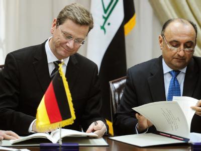 Außenminister Westerwelle und Iraks Industrieminister Fausi al-Hariri unterzeichnen ein Abkommen über Förderung und Schutz von Kapitalanlagen und Anlegern.