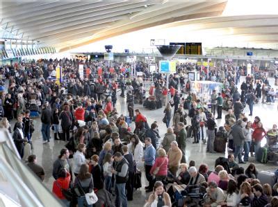 Hunderte Passagiere warten auf dem Flughafen von Bilbao.