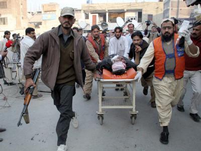 Helfer bringen einen Verletzten in ein Krankenhaus in Peshawar: Zwei Selbstmordanschläge haben bisher mindestens 40 Todesopfer gefordert.