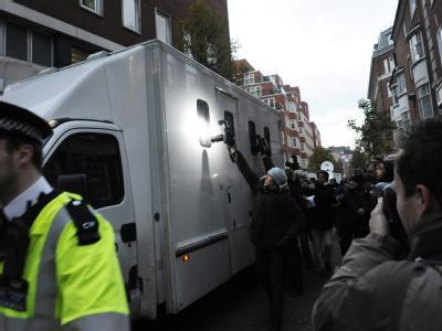 Wikileaks-Gründer Julian Assange wird in einem Gefängniswagen vom Gerichtstermin weggefahren.