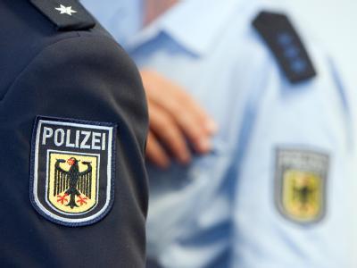 Polizeiabzeichen auf den Ärmeln zweier Bundespolizisten (Archivfoto vom 07.10.2009).