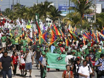 Demonstration in Cancún. Nach Aussagen von Bundesumweltminister Röttgen gehen die Verhandlungen auf dem Klimagipfel unerwartet langsam voran.