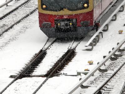 So sollte es überall funktionieren: Eine Berliner S-Bahn nähert sich einer aufgetauten Weiche.