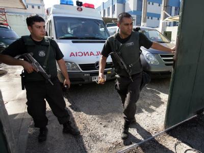 Retter erreichen das Gefängnis, in dem nach einem Aufstand und einem Feuer mindestens 81 Menschen starben.