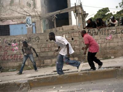 Demonstranten werfen Steine auf Blauhelm-Soldaten in in Port-au-Prince.