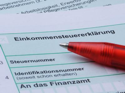 Die Spitzen der Koalition haben Steuervereinfachungen beschlossen. Das bringt Arbeitnehmern ein paar Euro mehr; Firmen sollen Milliarden sparen durch weniger Bürokratie.