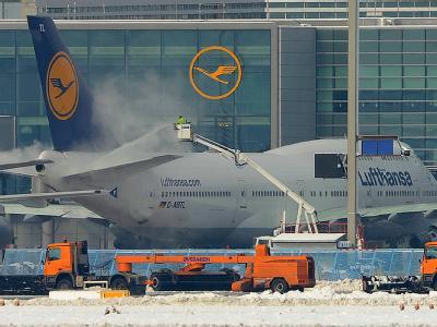 Räumfahrzeuge und Enteisungsmaschinen sind auf deutschen Airports derzeit im Dauereinsatz - hier auf dem dem Vorfeld der Flughafens Frankfurt/Main.