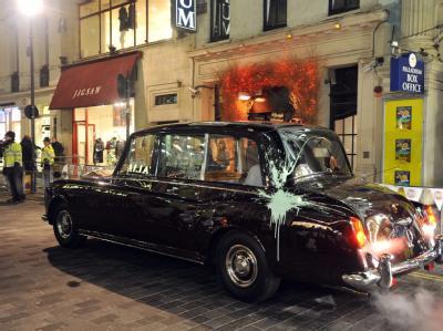 Den Zorn der Studenten bekamen Großbritanniens Thronfolger Prinz Charles und seine Ehefrau Camilla in London zu spüren.
