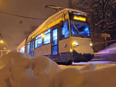 Eine Straßenbahn der Leipziger Verkehrsbetriebe steht wegen einer vereisten Oberleitung still.