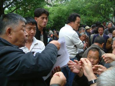 Auf dem Volksplatz in der Provinzhauptstadt Guiyang in Südchina wird Informationsmaterial über den Friedensnobelpreis verteilt. An jedem Wochenende kommen hier seit Jahren dutzende Bürger zu informellen politischen Diskussionsrunden zusammen.