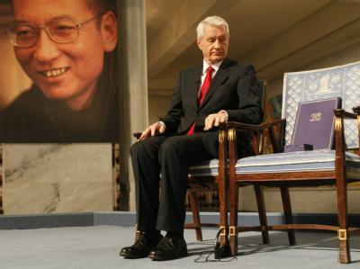 Zeremonie ohne Preisträger: Der Vorsitzende des norwegischen Nobel-Komitees Thorbjoern Jagland schaut auf einen leeren Stuhl, auf dem der neue Friedensnobelpreisträger Liu Xiaobo Platz nehmen sollte.