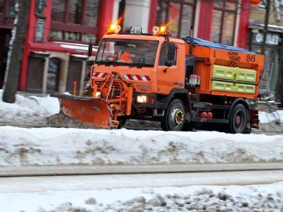 In diesen Tagen gern gesehene Zeitgenossen: Wie hier in Leipzig sorgen Räumfahrzeuge nach dem Schnee für freie Fahrt auf den Straßen.