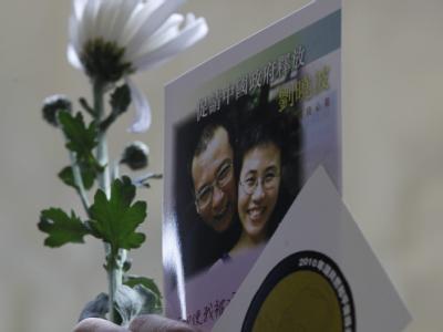 Ein Bild des Friedensnobelpreisträgers Liu Xiaobo und seiner Ehefrau Liu Xia auf einer Postkarte
