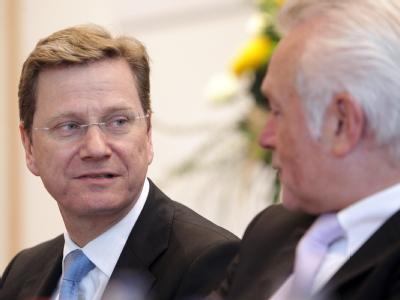 Der FDP-Bundesvorsitzende Westerwelle (l) und der FDP-Fraktionsvorsitzende Wolfgang Kubicki am 06.11.2010 auf einem Landesparteitag der schleswig-holsteinischen FDP.
