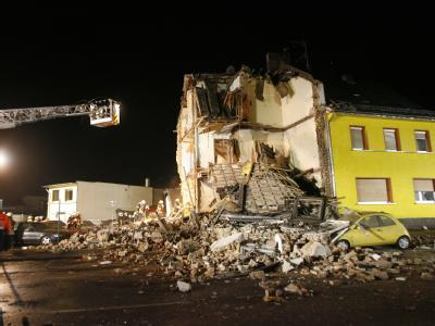 Feuerwehrleute suchen in einem Wohnhaus in Brühl nach Überlebenden. Die Doppelhaushälfte war nach einer Gasexplosion eingestürzt.