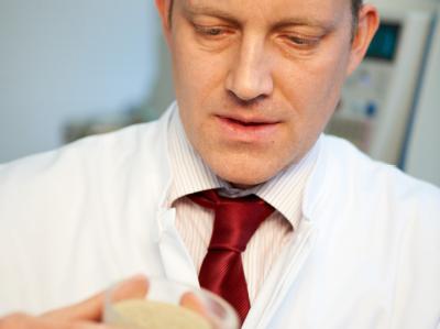 Der Drogenexperte des Landeskriminalamts Hannover (LKA), Christian Vidal, begutachtet ein Probe der Kräuterdroge «Lava Red».