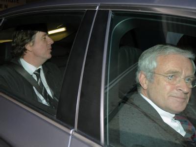 Der Wettermoderator Jörg Kachelmann verlässt mit seinem Anwalt Johann Schwenn das Landgericht in Mannheim. Es war bereits der 20. Prozesstag.
