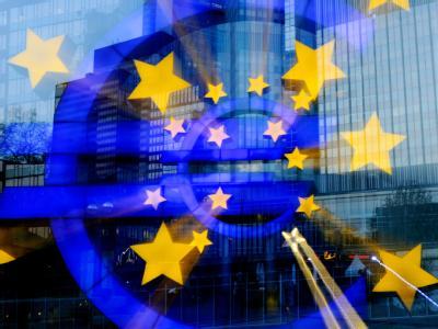 Das Euro-Zeichen vor der Europäischen Zentralbank. Wie soll die EU der Finanzkrise begegnen.