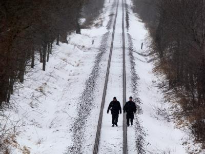 Bundespolizisten kontrollieren das Anschlussgleis, auf dem der geplante Castor-Transport aus dem französischen Cadarache ins Zwischenlager bei Lubmin fahren soll.