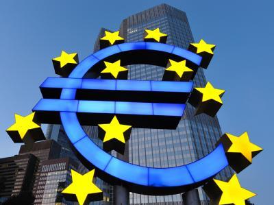 Die Euro-Skulptur vor der Zentrale der Europäischen Zentralbank (EZB).
