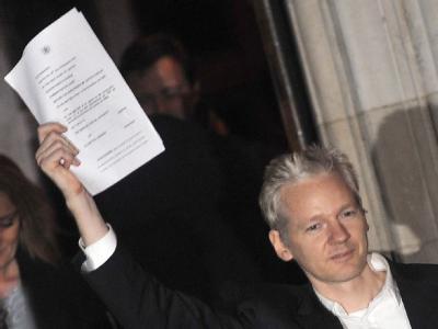 Julian Assange gibt nach seiner Freilassung eine Pressekonferenz.