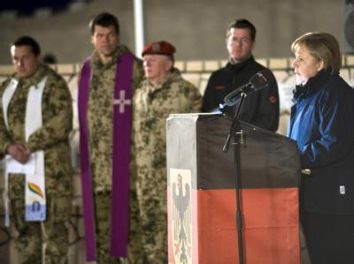 Kanzlerin Merkel (CDU) bei einer Gedenkfeier für einen Bundeswehrsoldaten, der während ihres Besuches bei einem Unglück zu Tode kam. Foto: Foto: Steffen Kugler/Bundespresseamt  dpa  +++(c) dpa - Bildfunk+++