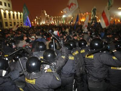 Bei den blutigen Protesten gegen die Präsidentenwahl in Weißrussland sind mehrere Oppositionskandidaten verletzt und rund 1000 Menschen festgenommen worden.