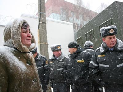 Die Angehörige eines inhaftierten Oppositionellen wartet vor einem Gefängnis in Minsk auf Informationen.