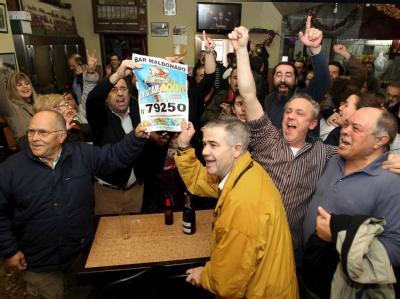 Und der Gewinner ist...? In einer Bar in Barcelona wurde die Ziehung live im Fernsehen verfolgt.