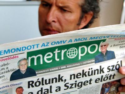 Ein Mann liest Zeitung in der Budapester U-Bahn. (Archivbild)