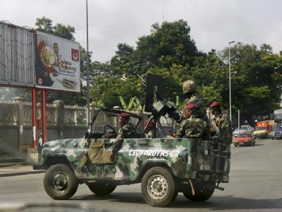 Angespannte Lage in Elfenbeinküste: Unterstützer von Wahlverlierer Laurent Gbagbo patrouillieren durch Abidjan. (Archivbild)