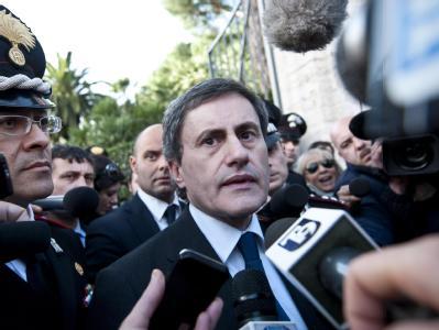 Roms Bürgermeister Gianni Alemanno kurz nach dem Anschlag: Bei der Schweizer Botschaft explodiert ein Sprengstoffpaket. Dann eine Bombe auch in Chiles Vertretung.