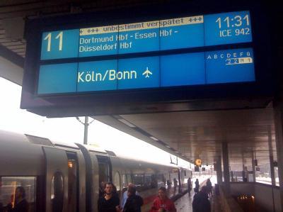Eine Anzeigetafel mit der Aufschrift «unbestimmt verspätet» am Heiligabend auf dem Hauptbahnhof Hannover.