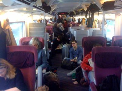In dem völlig überfüllten ICE 942 von Berlin über Hannover nach Köln/Bonn-Flughafen sitzen und stehen Fahrgäste in der 1. Klasse.