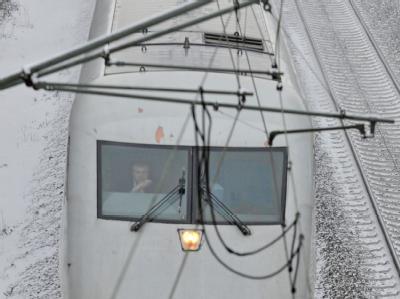 Immer wieder mussten ICE-Fernzüge wegen vereister Oberleitungen und umgestürzter Bäume vorübergehend stehenbleiben.