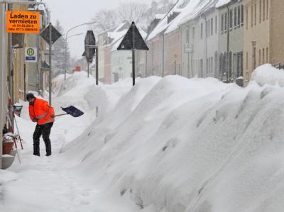 Kampf gegen den Schnee im Erzgebirgsort Scheibenberg (Sachsen).