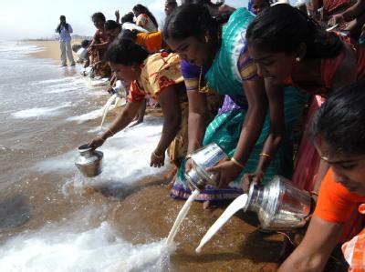Indische Frauen schütten Milch in der Bucht von Bengalen als ein Ritual und Gedenken somit Tsunami-Opfern. Bei der Naturkatastrophe am 26. Dezember 2004 kamen rund 220.000 Menschen ums Leben.