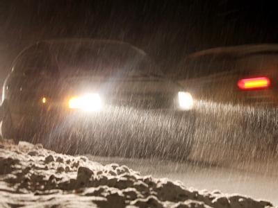 Autos fahren durch starken Schneefall in Hamburg.