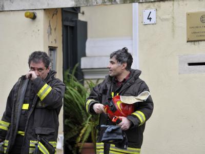 Feuerwehrleute sichern den Eingang der griechischen Botschaft ab.