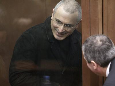 Der Angeklagte, Michail Chodorkowski, unterhält sich mit seinem Anwalt.