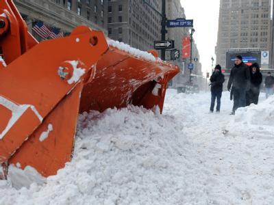 Ein Schneepflug pausiert nahe der Penn Station: Der gesamte Verkehr in und um New York ist zum Erliegen gekommen.