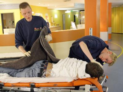 Rettungssanitäter kümmern in einer Notaufnahme um einen stark betrunkenen Jugendlichen. (Archivfoto).