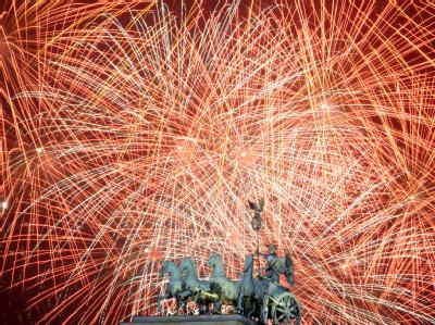 Das Feuerwerk zum Jahreswechsel 2010 über dem Brandenburger Tor in Berlin.