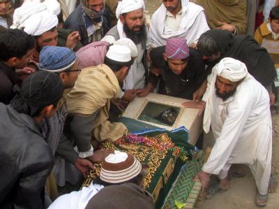 Sarg mit einem Opfer der US-Drohnenangiffe: Die USA setzen ihre Angriffe gegen mutmaßliche Islamisten im pakistanischen Grenzgebiet zu Afghanistan unvermindert fort.