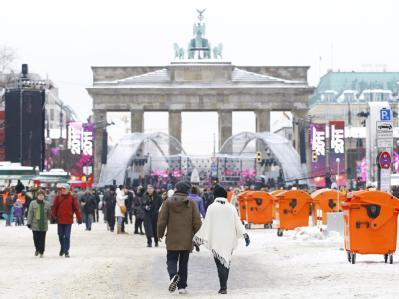 Erste Silvester-Gäste auf der Partymeile zwischen Brandenburger Tor und Siegessäule.