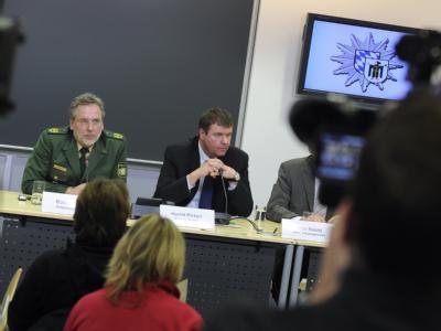 Polizeivizepräsident Robert Kopp (l) und Kriminaldirektor Harald Pickert bei der Pressekonferenz in München: Ein Polizist hatte am Vorabend bei einem Einsatz in einem Münchner Mietshaus eine Frau erschossen.