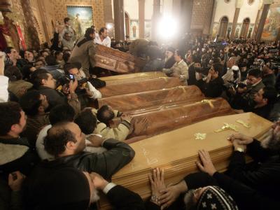 Särge mit den bei einem Anschlag getöteten Christen in der ägyptischen Stadt Alexandria.