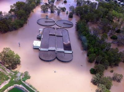 Heftige Überschwemmungen haben in Australien die Stadt Rockhampton mit 75 000 Einwohnern von der Außenwelt abgeschnitten.