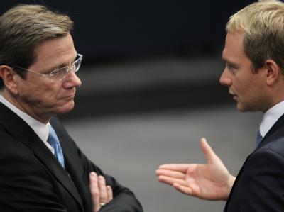 Zwei Liberale im Gespräch: FDP-Chef Guido Westerwelle (l) und Generalsekretär Christian Lindner (Archivbild)