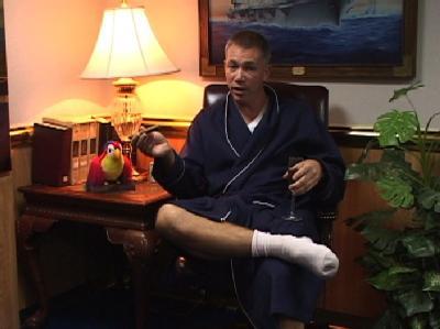 Kapitän Owen Honors inszenierte sich selbst in den Ulk-Videos - und verlor nun seinen Posten als Kommandant des US-Flugzeugträgers «USS Enterprise». (Foto/Videoaufnahme: EPA/The Virginian-Pilot)